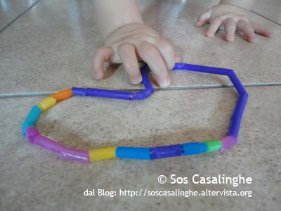 Attività per Bambini: Creare una collana con cannucce colorate